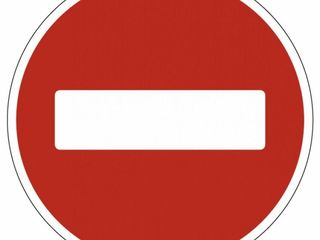 Дорожные знаки, парковочные шлагбаумы, таблицы.