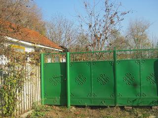 Casa in centrul satului -35km Chisinau,11 ari,5350 euro.