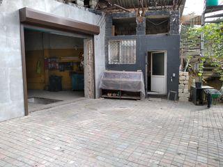 Centru (chirie)garaj+oficiu+naves+ograda particulara mai jos de peața centrala.