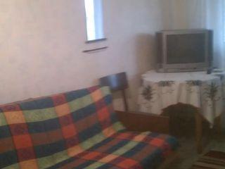 сдается однокомн. кв. на Кировском 5 этаж с мебелью и телефоном за 800 рублей и услуги 350 рублей