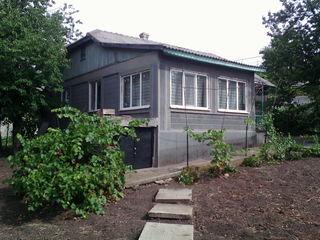Продаётся 1-эт. дом со всеми условиями на 9-ти сотках земли в центре Яловень. Цена: 42 500 евро.