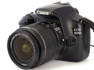 Canon 1100D cu obectiv 18-55mm.