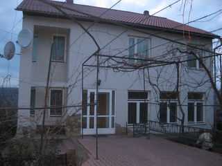 Капитальный каменный двухэтажный дом, гараж, баня и т. д. 90000$