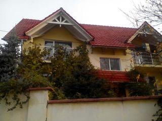 350m2, subsol,9 camere,4 bucatarii, 5 grup sanitare. In casa pot locui 4 familii cu intrari separat