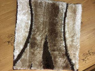 Covoraș absolut nou din viscoză, calitativ, foarte plăcut la atingere, 65x69 cm, prețul 260 lei. îl