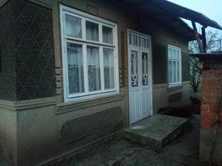 Vând casă din cărămidă, 80 m.p., fântână lângă poartă, beci, 11 ari lângă casă, 20 ari la deal.