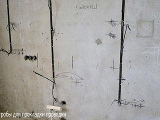 Сквозные отверстие в бетоне под гофру, штробы под проводку.