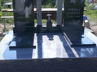 Monument din granit negru de calitate superioara la cheie