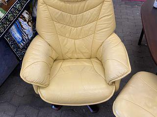 Кресло кожанныи с тумбаи