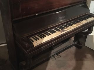 Немецкое пианино- 1500 лей . Требует реставрации