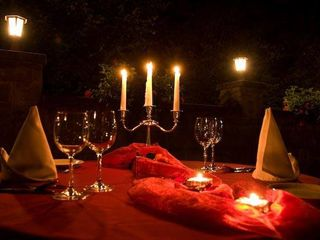 Cina romantica la lumina lumânărilor si înconjurați de petale de trandafir super oferta  599 lei