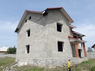 Super oferta! Casa in doua nivele, varianta sura, 220 m.p., 10 ari, la pret de doar 35 000 €!