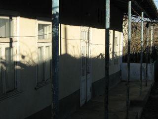Vind casa: suprafata 80, gaz natural,apeduct,bucatarie de vara,beci si garaj nou, urgent
