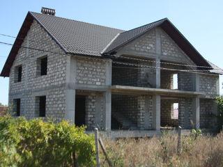 Se vinde casa duplex, 300 mp, pe un teren de 6 ari + doua garajuri, Ialoveni.