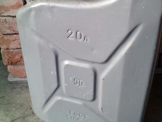 Бочка железная объемом 700 литров(0,7 тонны).  Канистры железные советские, практически новые 20 - л