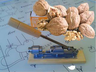 Орехокол, щипцы для орехов — инструмент для колки ореховой скорлупы.