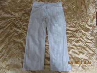 Vând pantaloni de culoare deschisă pentru vară la preț de 300 lei.