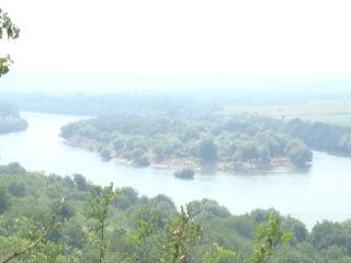 На высоком берегу Днестра огромный участок с великолепными видами на остров!