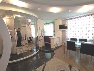 Продаётся 3-х ком квартира, центр, 67м2, автономное отопление, евроремонт, меблирована, тёплые полы.