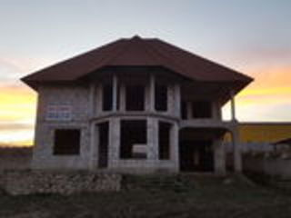 Casa la sireţ in trei niveluri ..se vinde