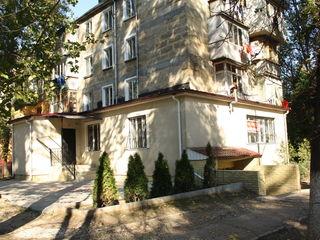 Se vinde apartament la etajul unu, cu intrare separată, garaj și subsol. Urgent !!