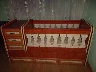 Детская кроватка - трансформер (0 - 14 лет) в идеальном состоянии. В комплект входит матрас.