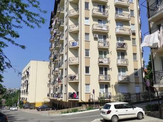 Se vinde apartament mobilat complet cu vederea spre parc ,zonă linistită și curată
