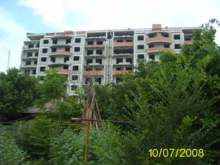 Срочно в центре мун.Комрат ,продам участок 8 сотков земли с частью капитального строения
