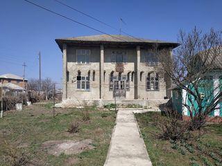 Продаётся 2х этажный дом++второй домик,гараж,подвал =24 сотки Единцы, Купчинь Цена: 7000 €