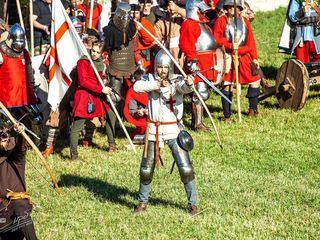 Исторический Средневековый бой - занятия 100 лей в месяц. Девушки занимаются бесплатно.