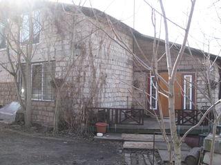 буюканы дом в сером варианте,шесть соток земли,торг на месте.