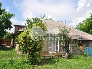 Se vinde jumatate de casa in Ialoveni, 4 ari teren, 60mp casa, 22500  € !