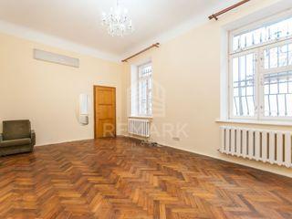 Spre chirrie apartament la sol, Centru, A. Sciusev, 250 €