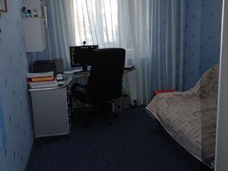 Apartament cu trei camere, mobilat, utilat