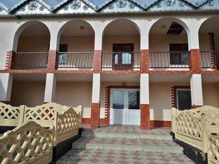 Se vinde casa mobilata cu 4 camere si 2 etaje. Pretul este negociabil.