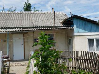 Se vinde casă de locuit cu teren  aferent în centru or. Strășeni, negociem cu cumpărător concret.