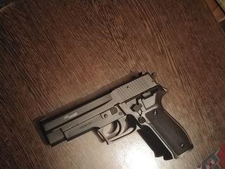 Пневматический пистолет стреляет без балончика.