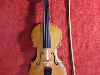 VIOARĂ 4/4, sovietică, 2100 lei:  - vioară 4/4 cu strune și scăunel, cutie, arcuș, - bonus: