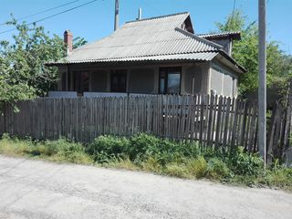 Продаём 1-этажный домик со всеми комуникациями в г. Яловень по ул. Кодру. Цена: 26 500 евро.