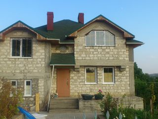 Se vinde o casa cu 3 nevele amplasata pe 9 ari de pamint in Ialoveni str.V.Lupu Pretul 95 000 euro.
