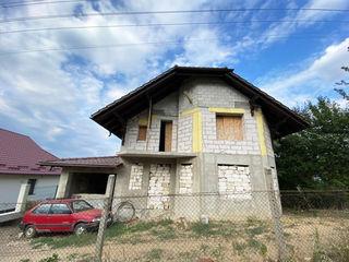 Casă în 2 nivele situat în Dumbrava. 176 m.p + 6 ari