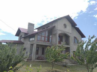 Scapă de gălăgia orașului! casă - 2 nivele, 250mp+11 ari teren, Cruzești!