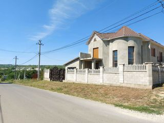 Casa de lux in 2 nivele/ ialoveni / 3 dormitoare / 250mp + 6ari