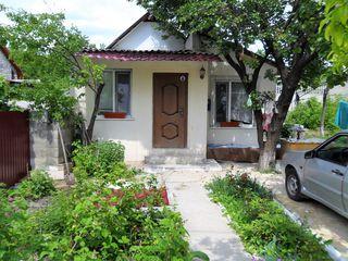 Продаётся жилой домик 50 кв.м. на 4 сотках в центре г. Яловень. Цена: 31 600 евро.
