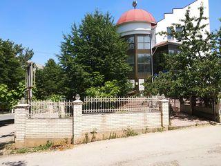 Продается 3х этажный дом - 532м,  _ гараж, склады - 700м, 20сот. земли.