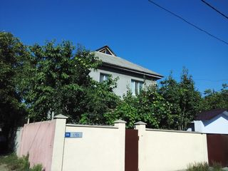 Продам дом из красного кирпича, снаружи утеплён, евро ремонт, рядом с энергосбытом. торг.