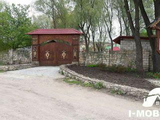 "6 ari la Tohatin,linga restoranul ,,Hanul lui Vasile"", doi km. de la Chisinau ."