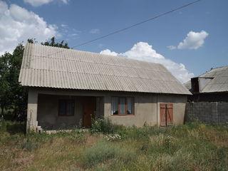 Casa compacta in centrul s. Porumbeni, r-l Cimislia prima linie cu baie, WC, telefon,la prima linie