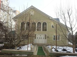 Se vinde casă cu 2 nivele, amplasată în zonă rezidențială, sect. Telecentru.