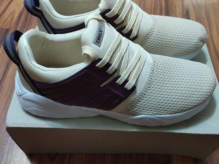 Продам кроссовки для занятия спортом в зале размер 38